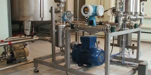 автоматический процесс смешивания воды и спирта