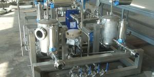 автоматическая установка смешивания ингредиентов в потоке. Они могут применяться для приготовления алкогольных и безалкогольных напитков, ликеров, бальзамов, пищевых концентратов, средств бытовой химии, масел, химических продуктов и т.п. - везде, где необ