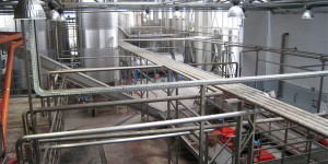 Обвязка трубопроводами на заводе по производству вина